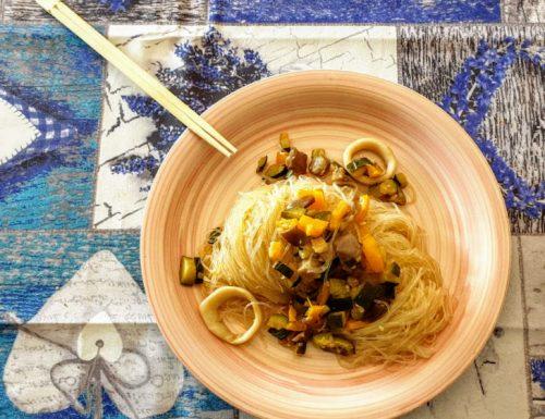 Spaghetti di soia con verdure e calamari