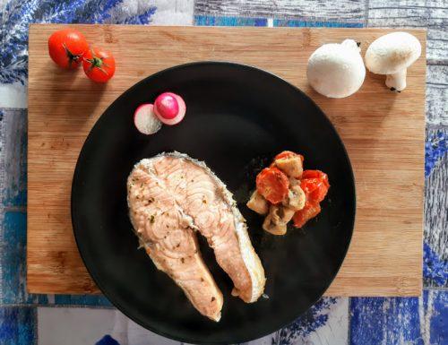 Trancio di salmone con funghi e pomodorini