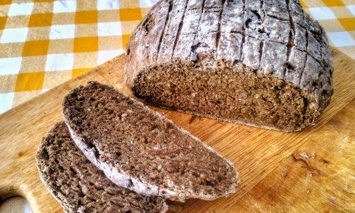 Pane nero all'aglio fatto in casa
