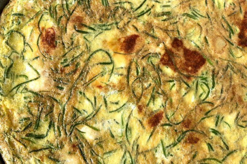 Frittata con agretti cipolla e formaggio