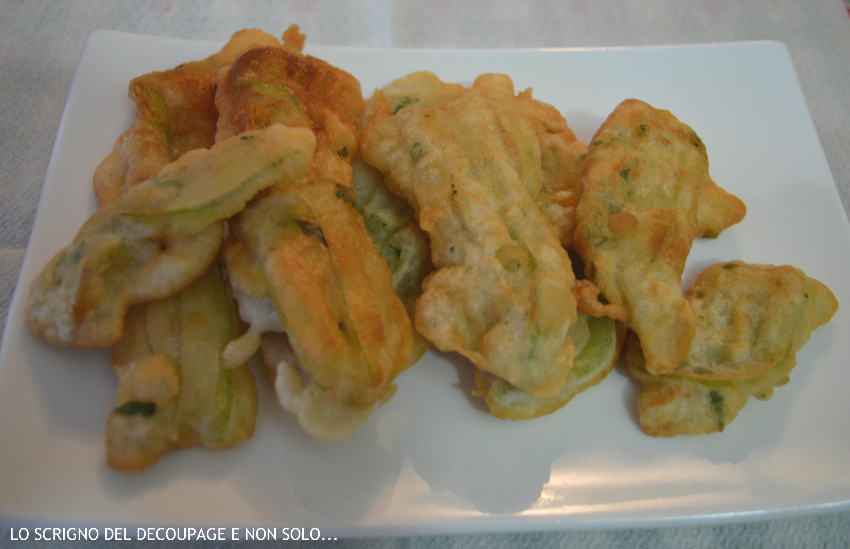 Fiori di zucchina fritti.