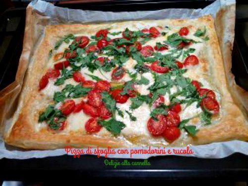 Pizza di sfoglia con pomodorini e rucola