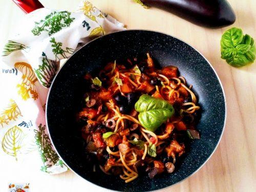 Spaghettata con melanzane olive e origano