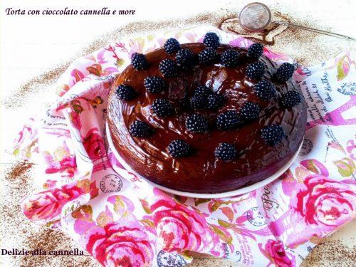 Torta con cioccolato cannella e more