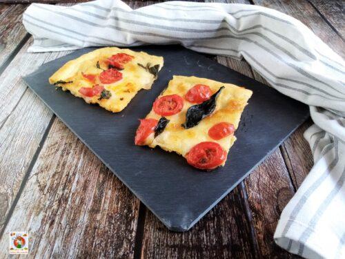 Pizza con pomodorini fatta in casa