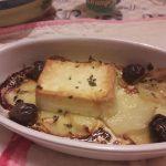 Feta al forno con patate e olive