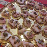 Blinis con prosciutto di Praga, caprino e cipollotto caramellato