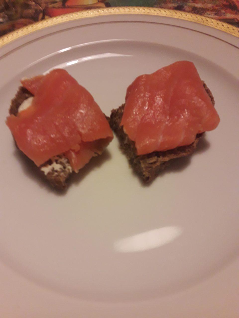 Pane nero con salmone affumicato