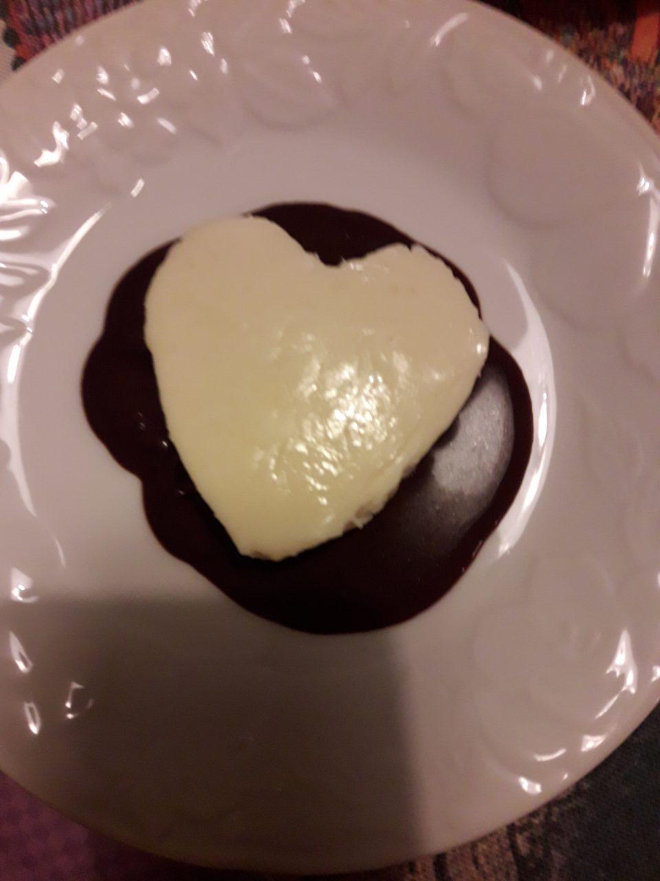 Panna cotta alla cannella con salsa al cioccolato e pistacchi