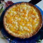 Crostata con frutta sciroppata e crema allo zenzero