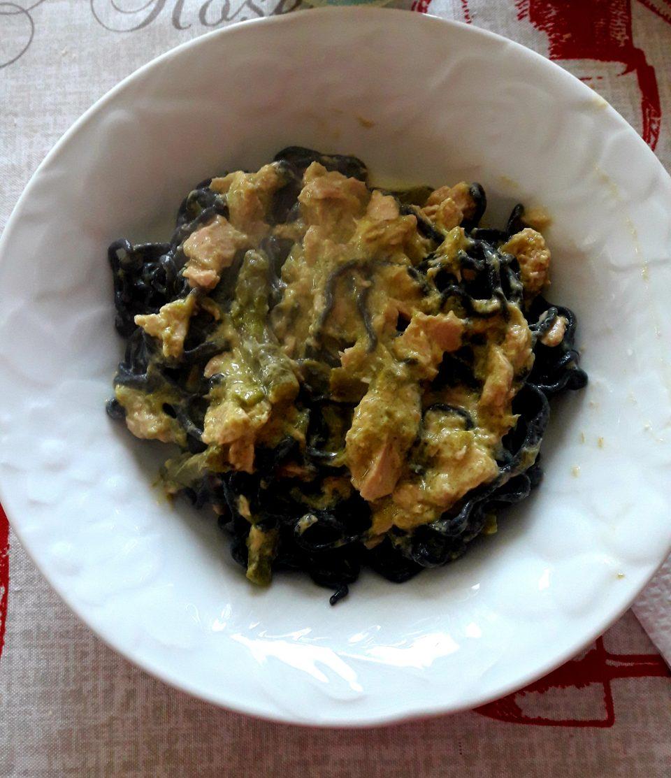 Spaghetti al nero di seppia con crema di asparagi e tonno