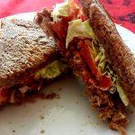 Sandwich con pancetta croccante e pomodoro