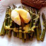 Uova alla Benedict con asparagi