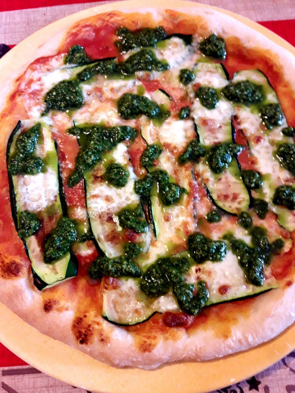 Pizza con zucchine grigliate e pesto