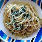 Spaghetti con erba cipollina e crema di mozzarella