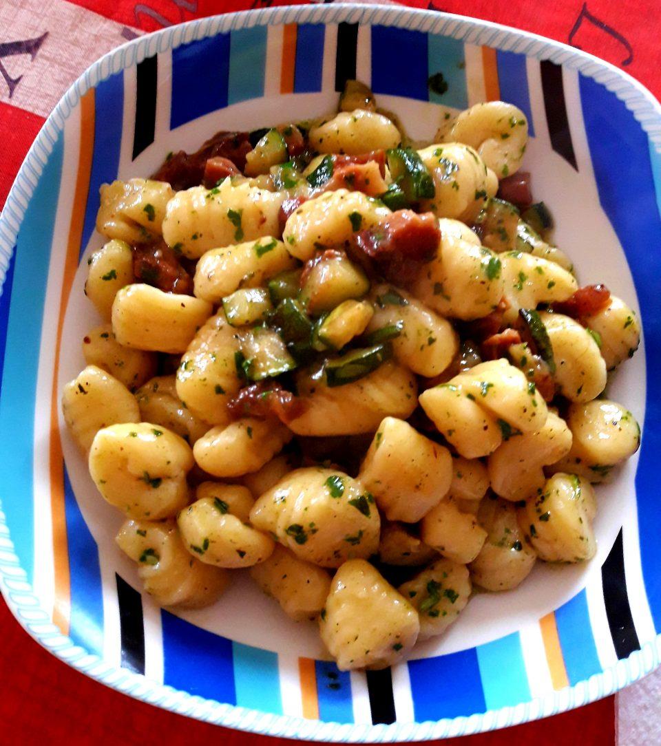Gnocchi di ricotta con zucchine, guanciale e salsa al basilico