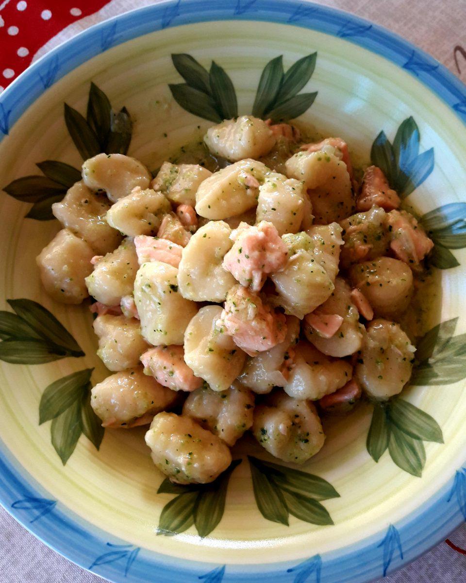 Gnocchi di ricotta con salmone e pesto di zucchine