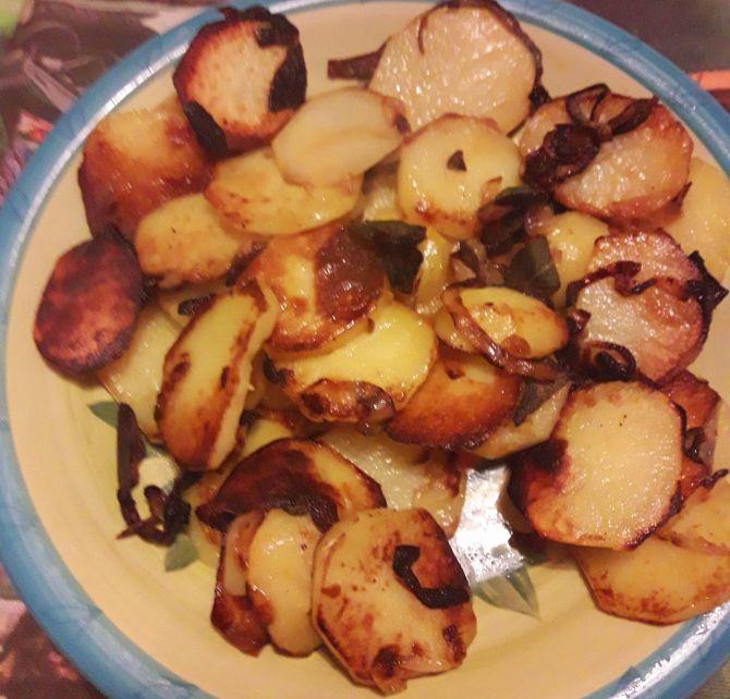 Patate ripassate con cipolla e salvia