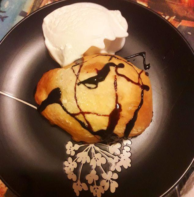 Pere in sfoglia con gelato