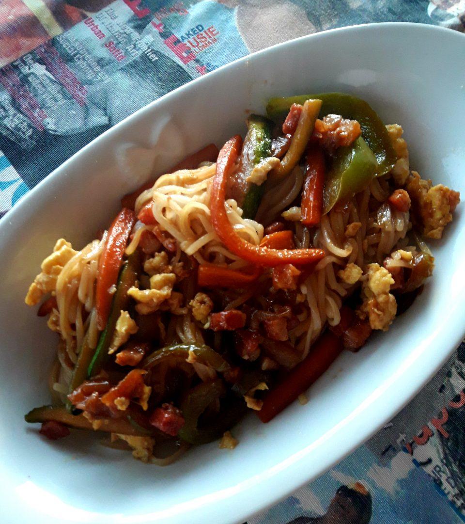 Noodles di riso con pancetta affumicata