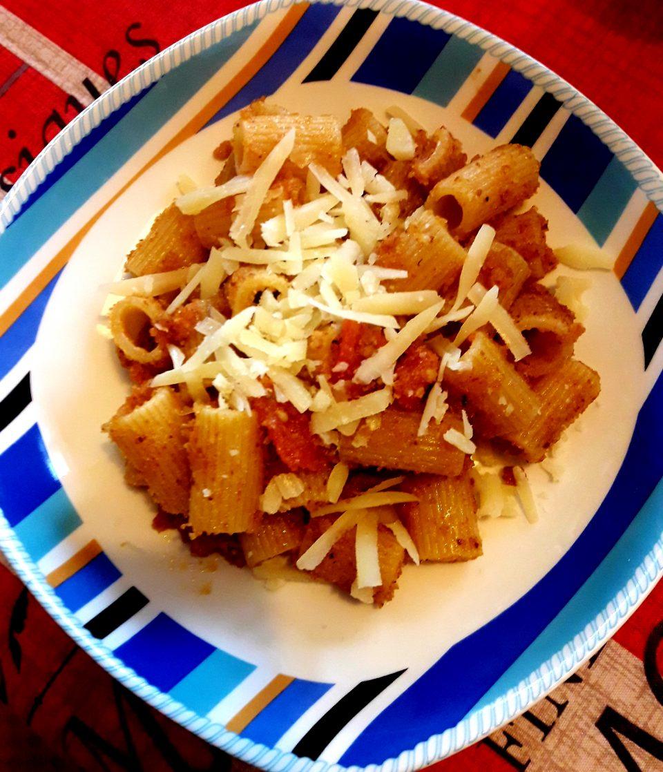 Mezze maniche con mollica e pecorino toscano