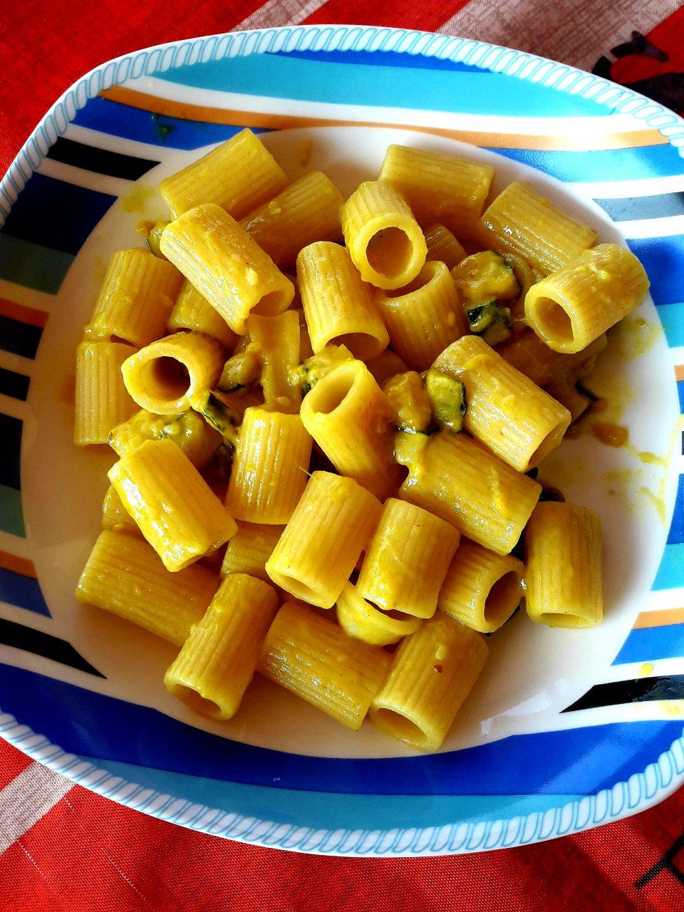 Mezze maniche con zucchine e crema di caprino