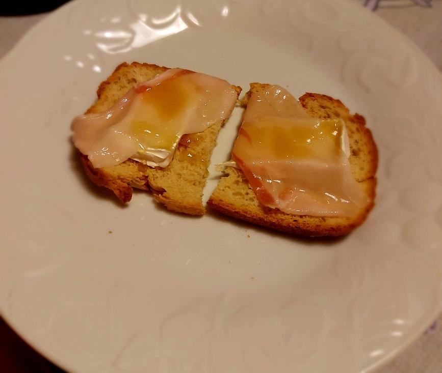 Crostini con lardo, brie e miele