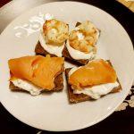 Tartine integrali con burrata, gamberi e salmone
