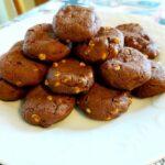 Frollini con cacao e gocce di cioccolato bianco