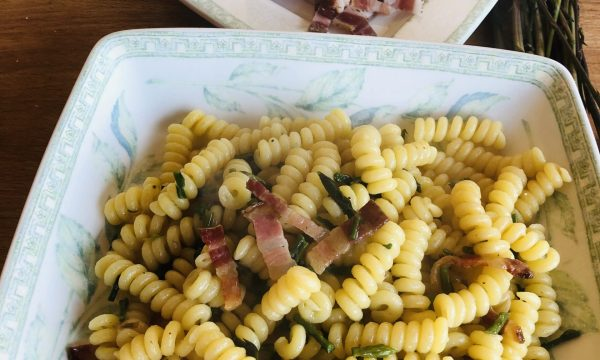 Pasta con asparagi selvatici e pancetta