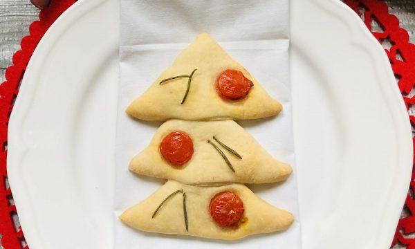 Abete segnaposto di pane con pomodorini