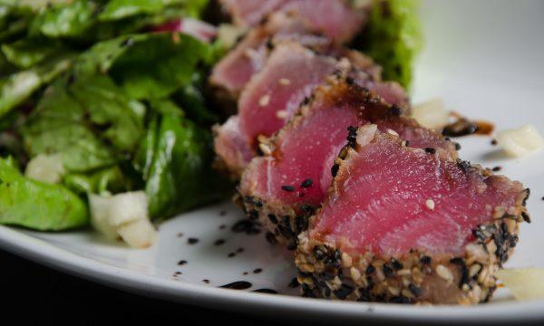 Tataki di tonno con semi di sesamo