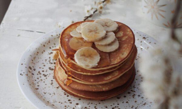 Pancake con banana e caramello salato
