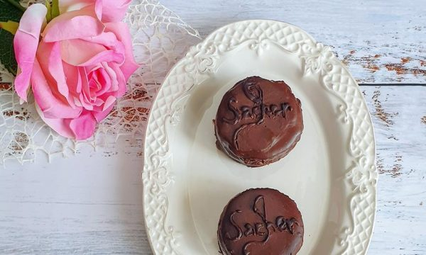 Sacher light: tortini al cioccolato e albicocche
