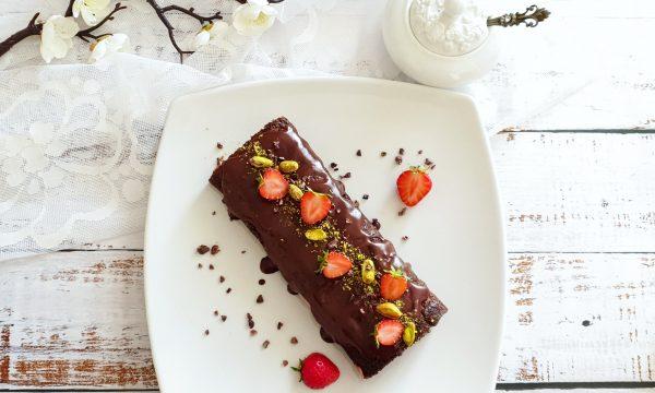 Rotolo proteico al cheesecake, fragole e cacao