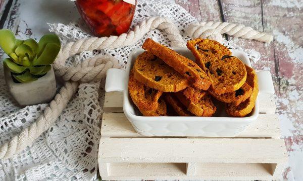 Biscotti integrali con olive, curcuma e parmigiano