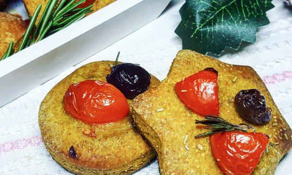 Biscotti morbidi salati di segale con curcuma e olive
