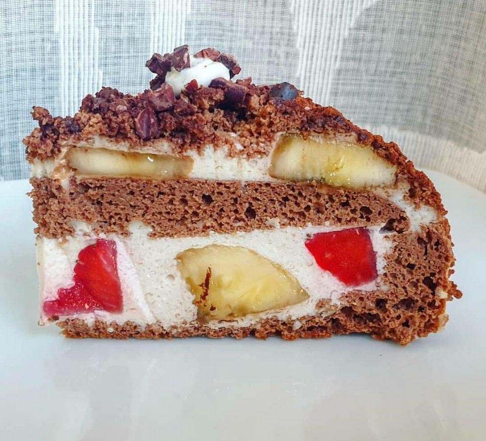 Torta con fragole e banane