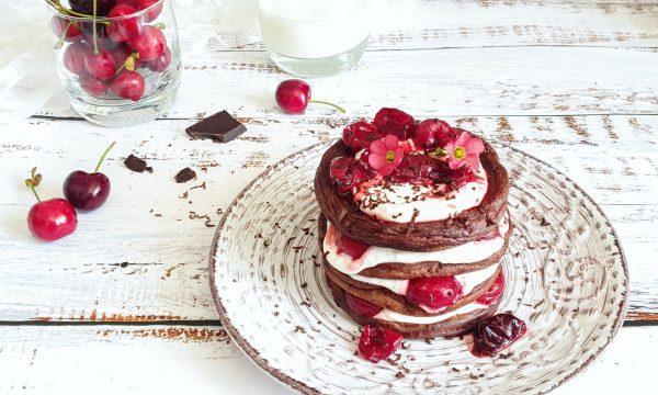 Pancake light al cioccolato fondente e ciliegie
