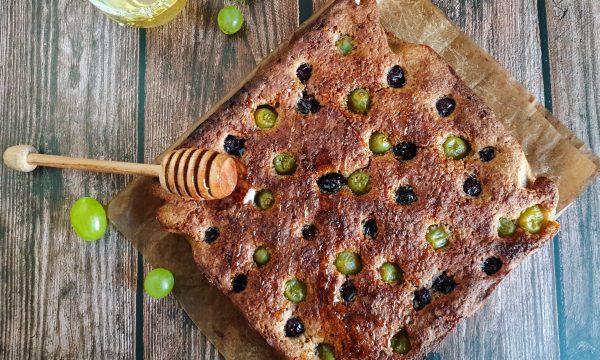 Torta integrale con uva e grano saraceno