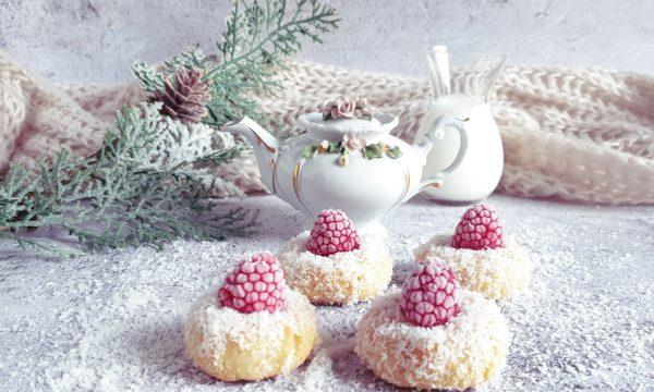 Biscotti al cocco con miele e lamponi