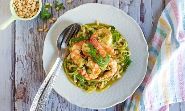 Spaghetti di zucchine con gamberi e pinoli