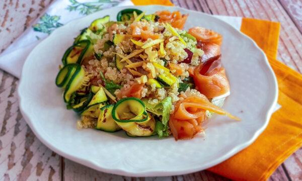 Insalata di quinoa con zucchine e salmone