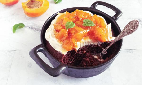 Mug cake senza glutine con albicocche e cacao