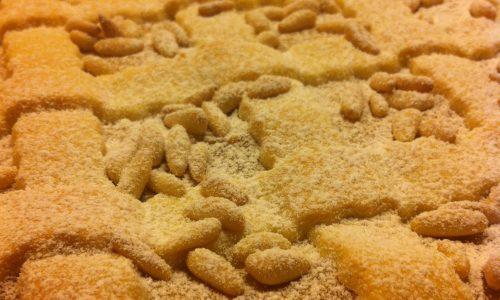 Crostata di crema alla pera e pinoli