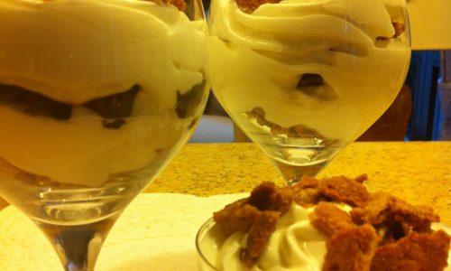 Muosse di yogurt con crumble e scaglie di cioccolato