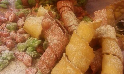 Coriandoli e stelle filanti di carnevale dolci fritti