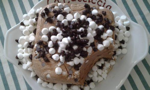 Semifreddo al cioccolato con gocce di cioccolata e meringhe