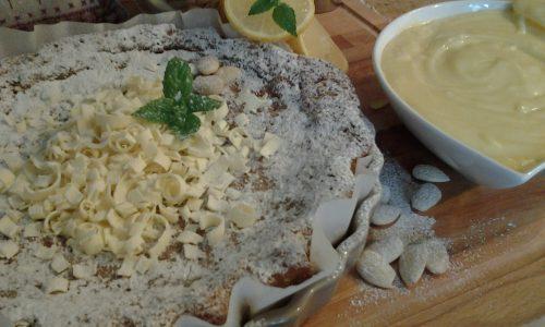 Torta alle mandorle, farina di mais e limone con crema al cioccolato bianco