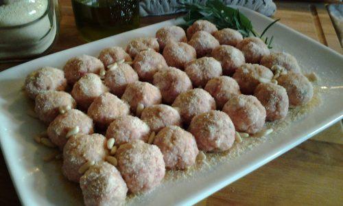 Polpettine di lonza e pinoli al forno con salsa all'uva bianca